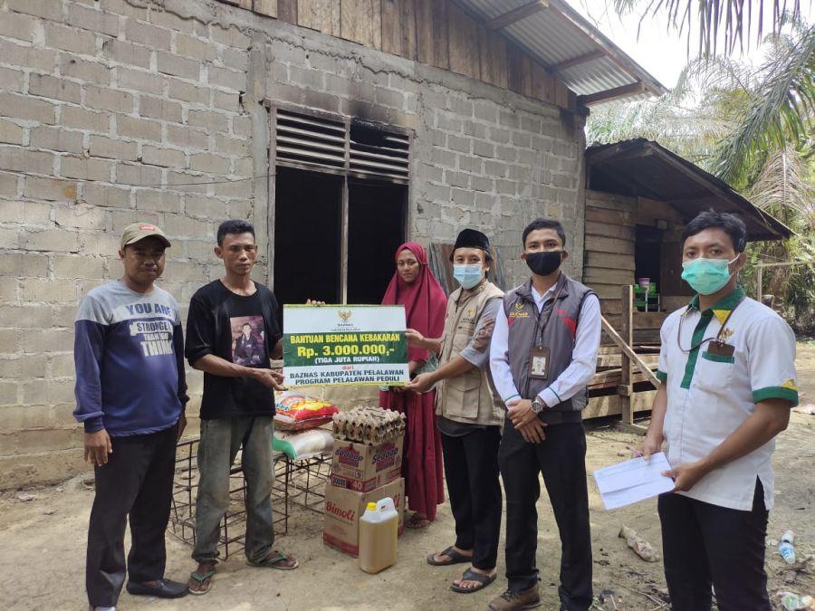 Baznas Pelalawan Salurkan Bantuan Kepada Korban Bencana Kebakaran di Desa Mak Teduh