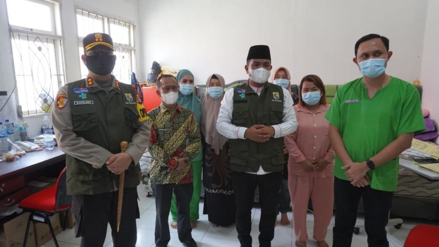 Bupati H. Zukri dan Kapolres Pelalawan Periksa Ruangan Isolasi Pasien Terkonfirmasi Positif Covid-19