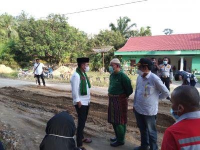 Jalan Rusak di Kecamatan Kerumutan, Bupati H. Zukri Tegaskan Perusahaan Lakukan Perawatan Dari Awal